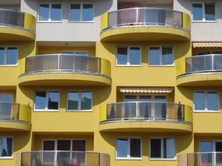 Lidé na jihu Moravy dál investují do vlastního bydlení a kupují byty v brněnských novostavbách mnohem více, než v loňském roce.