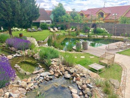 Přírodní koupání na vaší zahradě. Koupací jezírko nebo biobazén?